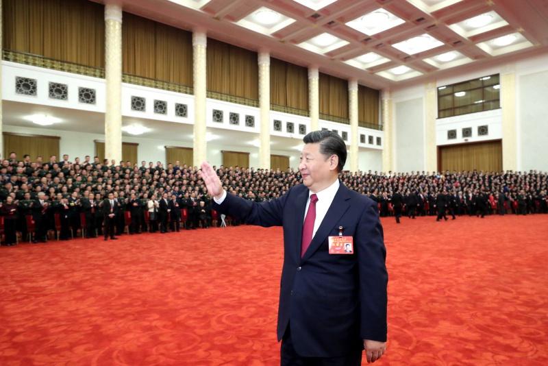 10月25日下午,中共中央总书记、国家主席、中央军委主席习近平等领导同志在北京人民大会堂亲切会见出席党的十九大代表、特邀代表和列席人员。新华社记者 鞠鹏 摄.jpg